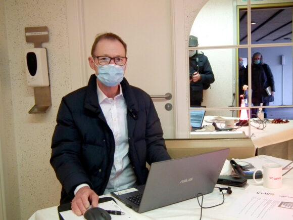 Michael Schyth var med til at udlevere nyt udstyr og besvare spørgsmål i Holmstrup.