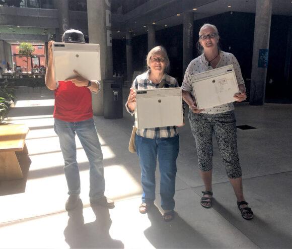 Daniel, Ester og Helle er med til at indsamle fortællinger til postkasserne, der skal udstilles i Blixens.